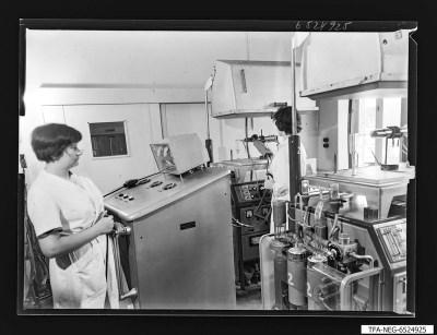 Frauen an Gettermaschine für Super-Orthikon, Foto 1965