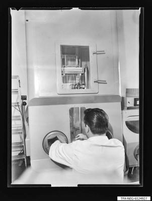 Mann bei Herstellung einer Super-Orthikon, Foto 1965