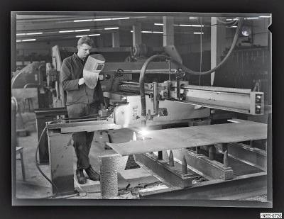 Arbeiter an Schneidmaschine im Rohlager, Foto 1967
