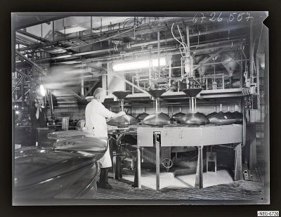 Mann an einer Settelmaschine, Foto 1967