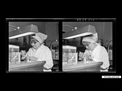 Arbeiterin bei Feinmontage, Foto 1969