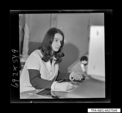 Mitarbeiterin bei Messarbeiten, Foto 1969
