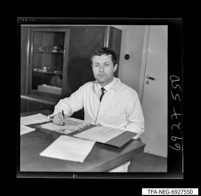 Mitarbeiter am Schreibtisch, Foto 1969