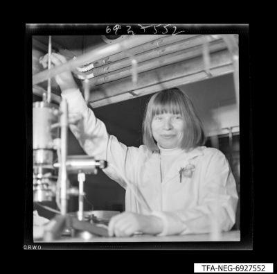 Arbeiterin an einer Apparatur, Foto 1969