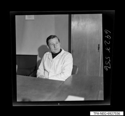 Sitzender Mitarbeiter, Foto 1969
