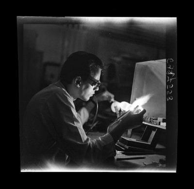 Arbeiter bei Glaskörperfertigung, Bild 1, Foto 1969