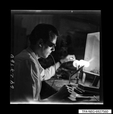Arbeiter bläst einen Glaskörper, Bild 2, Foto 1969
