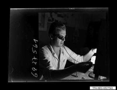 Arbeiter bläst einen Glaskörper, Bild 3, Foto 1969