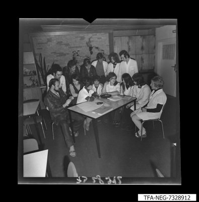 Gruppenbild des Jugendkollektivs DS, Bild 1, Foto 1973, und Zeitzeugeninterview, 2019