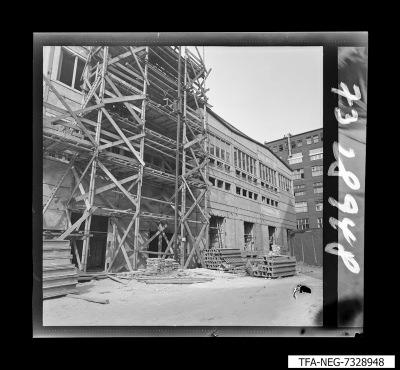 Baugerüst von unten im Innenhof des WF-Geländes, Foto 1973