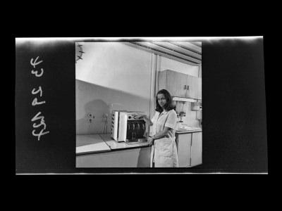 Junge Mitarbeiterin der Brigade DS am Wasserspender, Foto 1973, und Zeitzeugeninterview, 2019