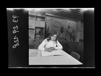 Junge Mitarbeiterin der Brigade DS mit Tabellenbuch, Foto 1973