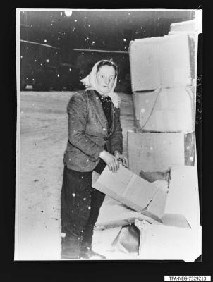 Frau beim Zerkleinern von Kartonagen auf dem Werkhof 1963, Repro 1973