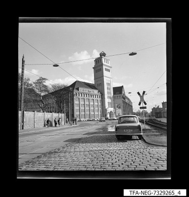 Frontansicht des Peter-Behrens-Baus, Foto 1973