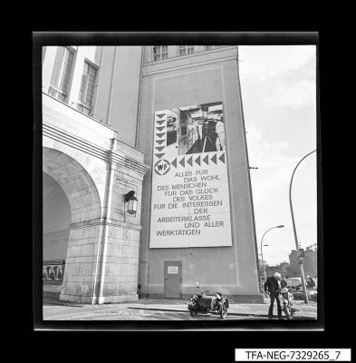 Plakat am Haupteingang, Foto 1973