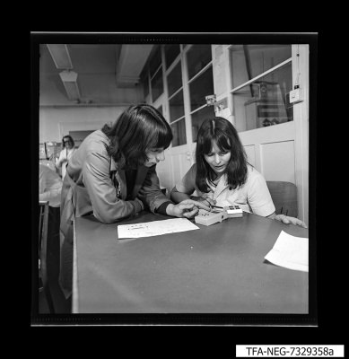 Mitarbeiter betrachten Fernbedienungen [?], Foto1973