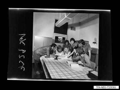 8 Mitarbeiter im Pausenraum, Foto 1973