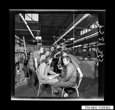 Gruppenfoto 6 Mitarbeiter in Fabrikhalle, Foto 1973