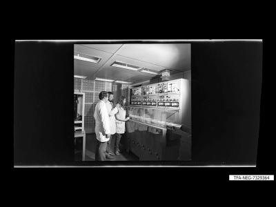 3 Mitarbeiter an Maschine, Foto 1973