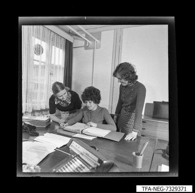 3 Mitarbeiter mit EDV-Material, Foto 1973