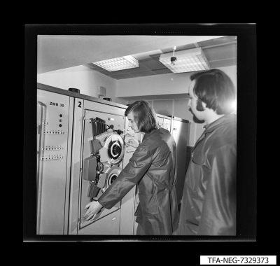 2 Mitarbeiter an einem EDV-Arbeitsschrank, Foto 1973