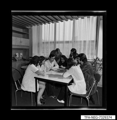 Gruppenfoto 9 Mitarbeiter im Pausenraum, Foto 1973