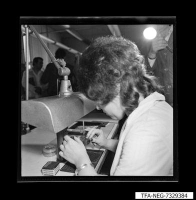 Biegen der Au-Draht-Spitzen, Foto 1973