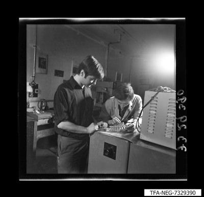 2 Mitarbeiter an einer mechanischen Prüfeinrichtung, Foto 1973
