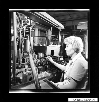 MMM 73 Frau an Maschine; Foto 1973