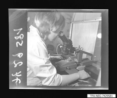 Arbeiterin an einem Gerät, Foto 1974