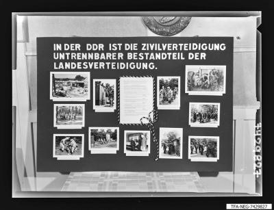 Wandtafel Zivilverteidigung; Foto 1974