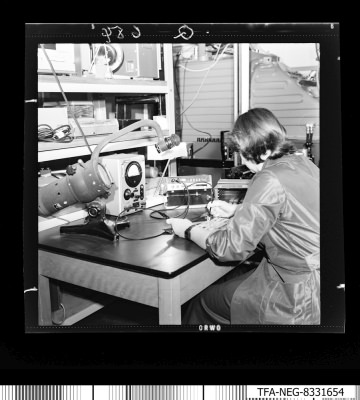Paf techn. Herstellung, Frau am Arbeitsplatz, Foto 1, Foto1983