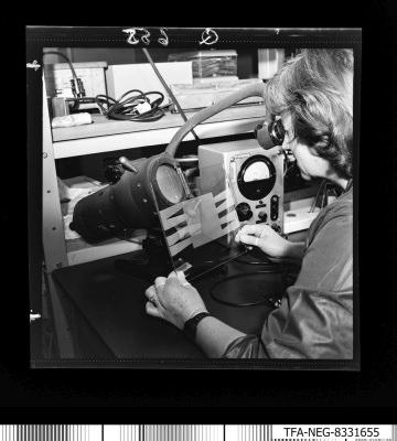Paf techn. Herstellung, Frau am Arbeitsplatz, Foto 3, Foto1983